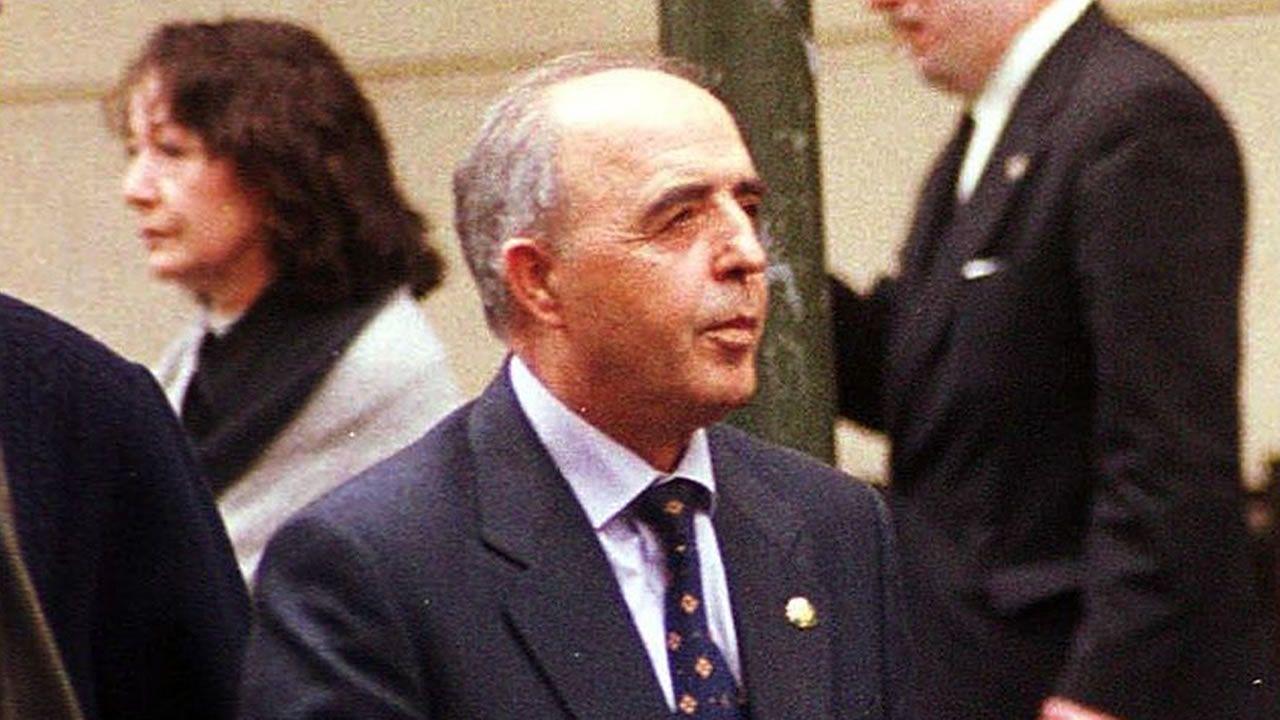 Rodríguez Galindo, saliendo de la Audiencia Nacional, donde tenía el lugar el juicio por el asesinato de Lasa y Zabala, en el año 2000