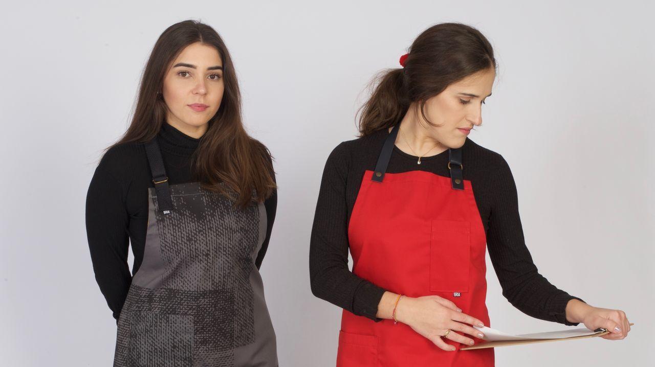 Lucía, junto a una modelo, luciendo dos de los diseños de su colección