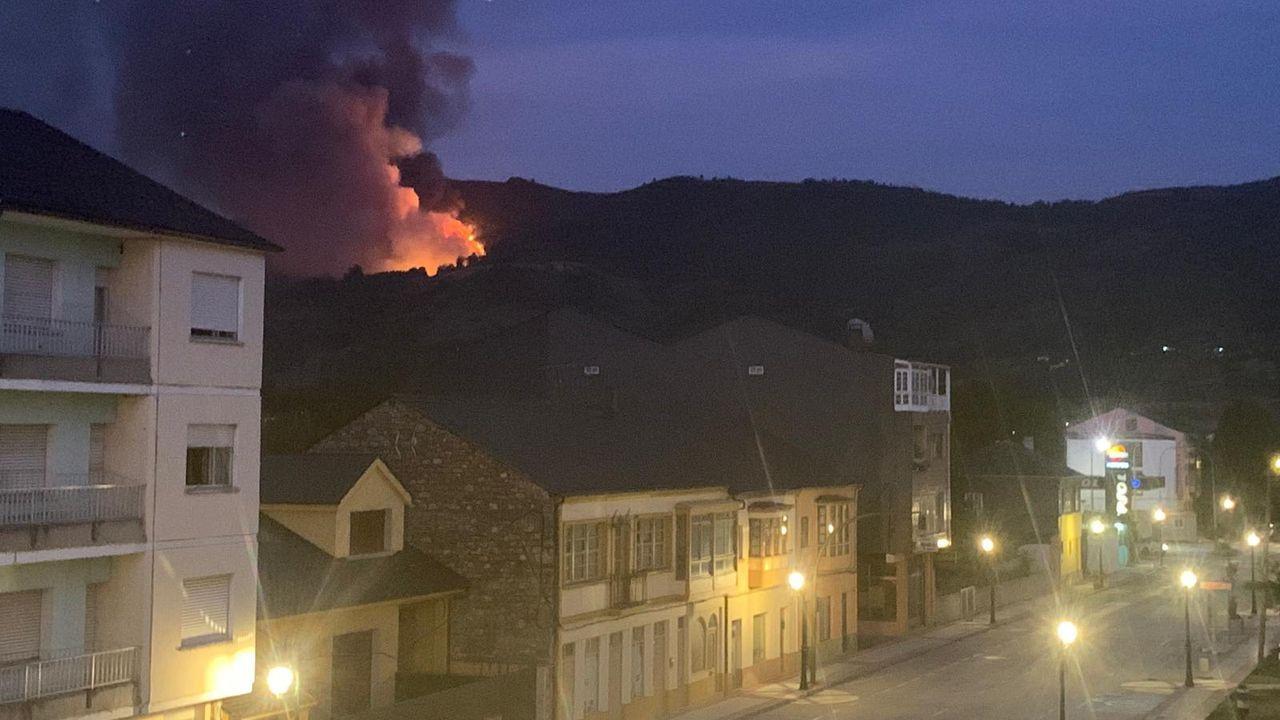 Etapas de la Ruta de las Aldeas Palezoicas, en imágenes.Una vista del momento inicial del incendio tomada desde Quiroga
