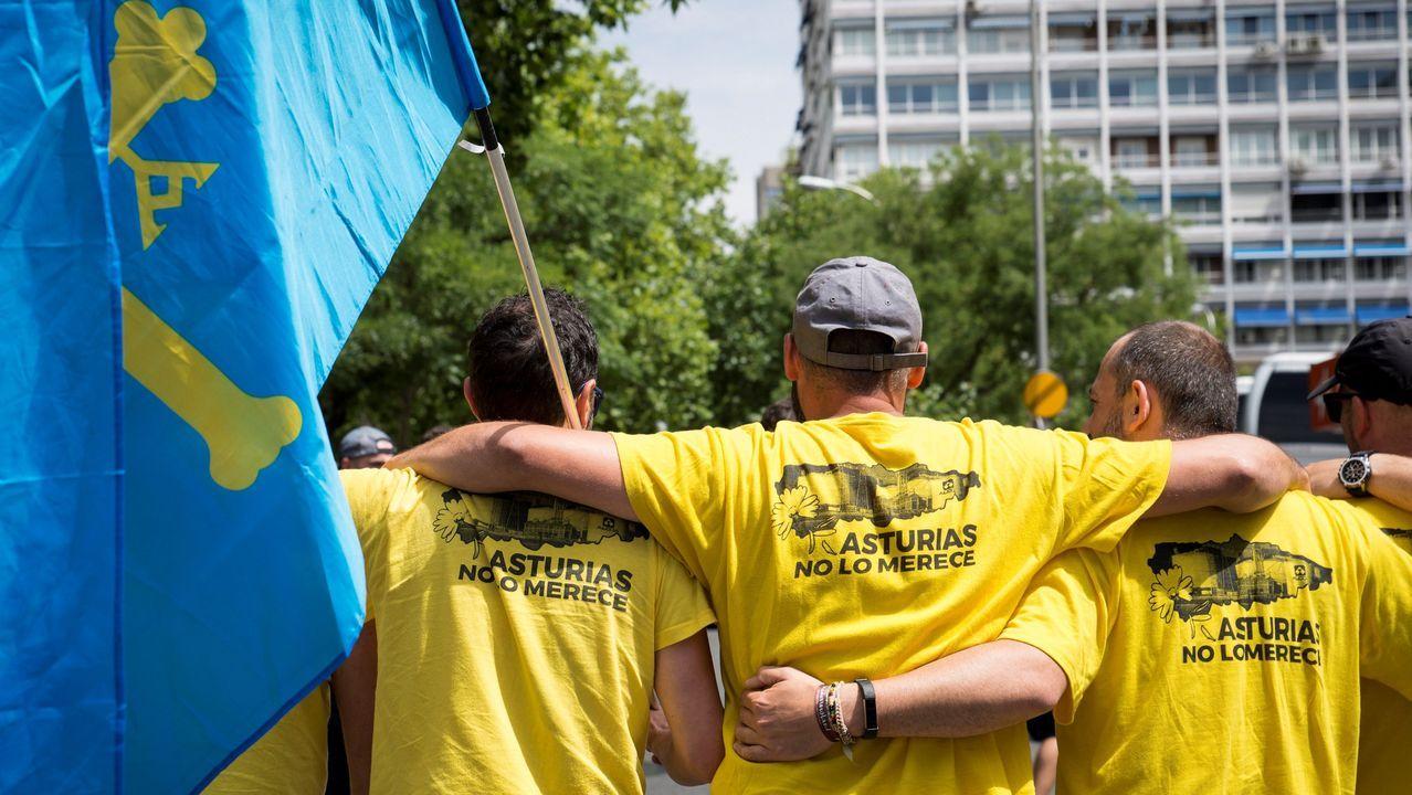 Casi medio millar de personas, entre ellas trabajadores de Alcoa, han recorrido la distancia entre el estadio Santiago Bernabéu y el Ministerio de Industria, Comercio y Turismo en un manifestación