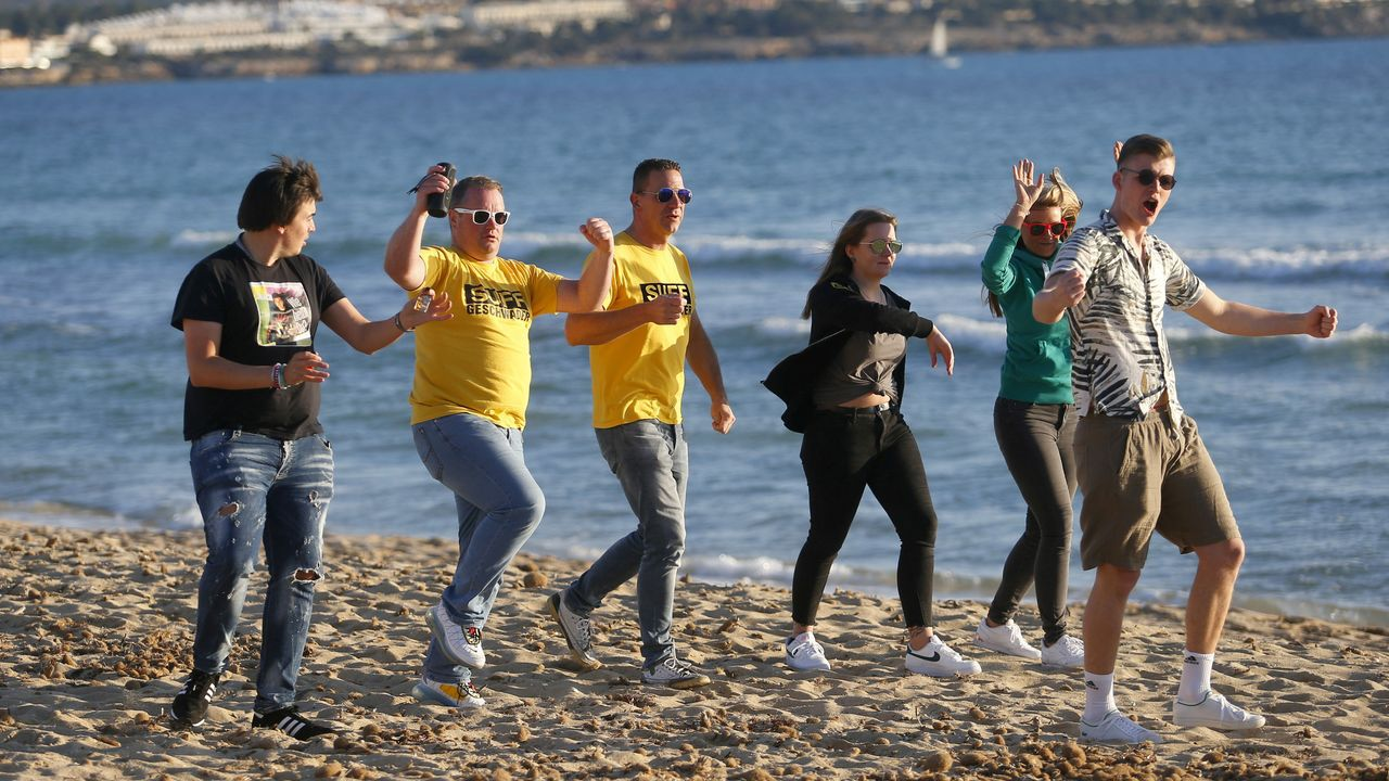 Turistas alemanes en la playa del Arenal, en Mallorca