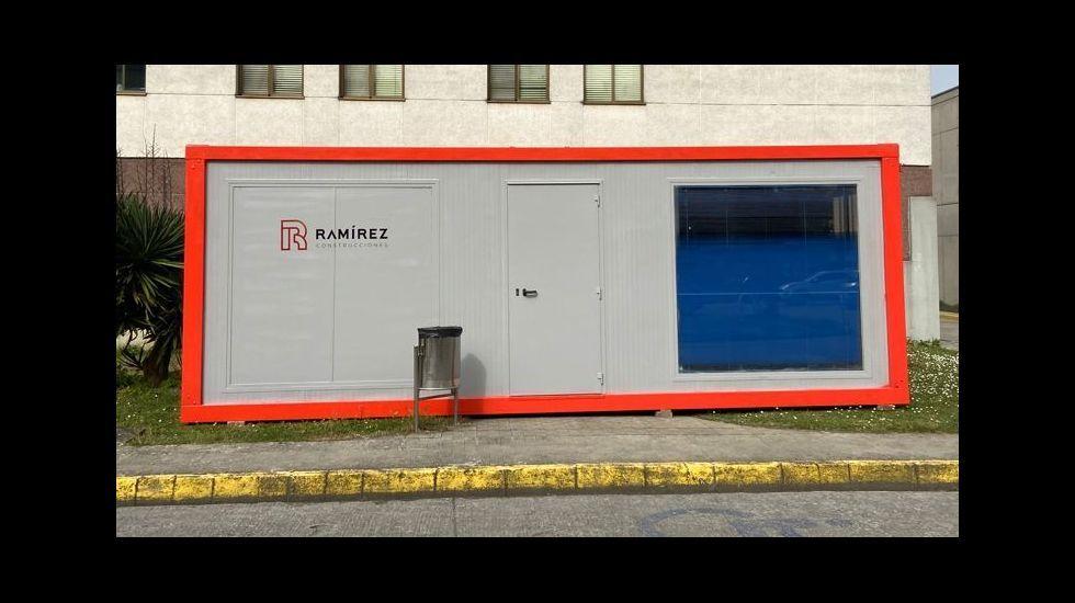 Barracón de obra instalado esta semana en el aparcamiento del hospital de Monforte