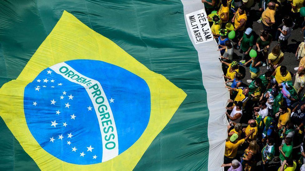 Protestas en Brasil contra la corrupción del Gobierno.El delegado de Iberdrola en Galicia, junto a Francisco Conde y Patricio Fernández, director general de Industrias Ferri ante la grúa.