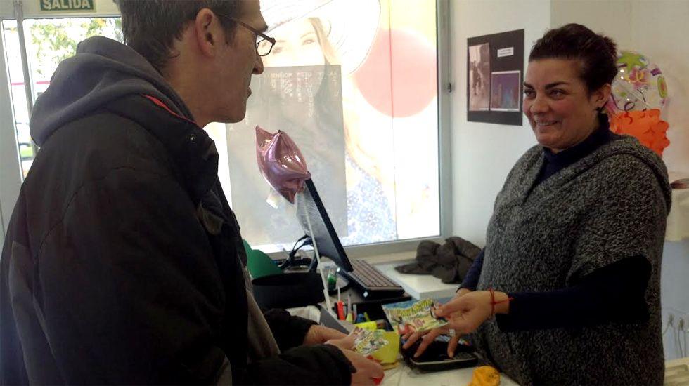 La campaña turística de Asturias para 2017.Roberto Porras y Verónica Menéndez, intercambiando «santiaguines»