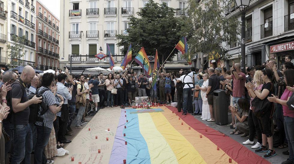 Chueca recuerda a Pedro Zerolo.Una activista transexual, en un acto en la Casa Blanca