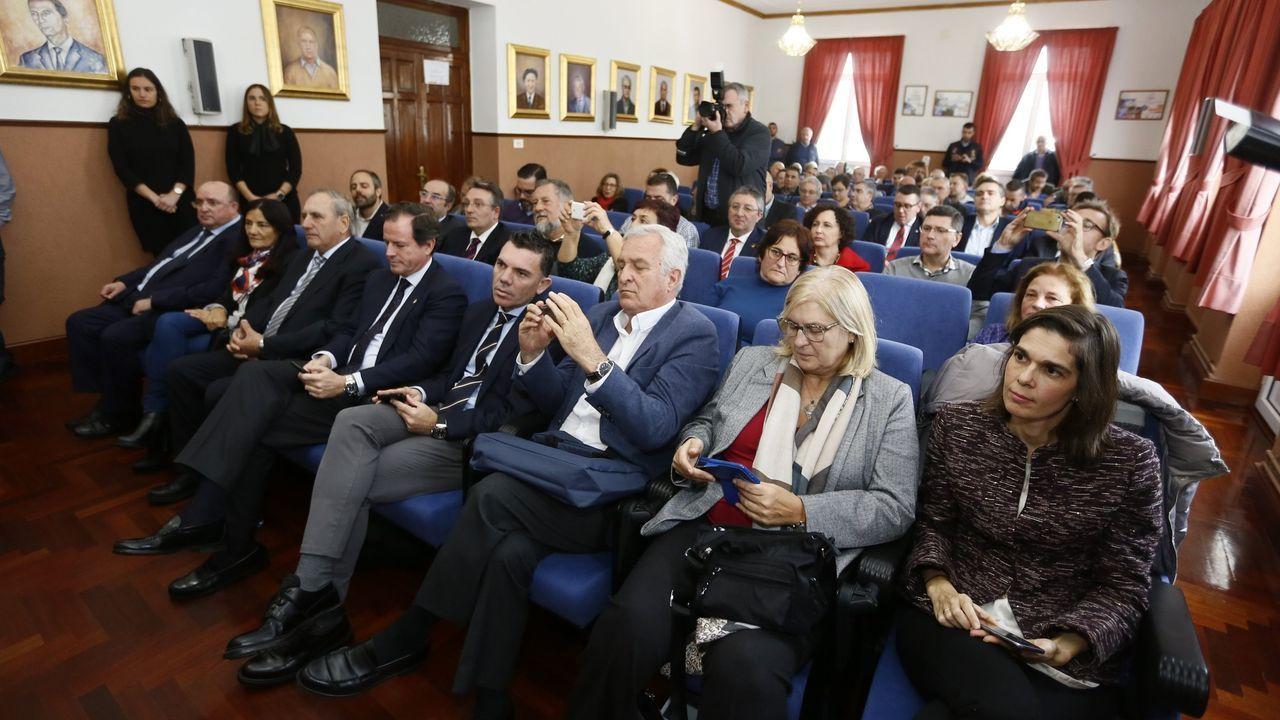 Francisco Conde, saludando a personal de Vestas en Viveiro, antes de pronunciarse ante medios de comunicación sobre la «situación crítica» de Alcoa en San Cibrao