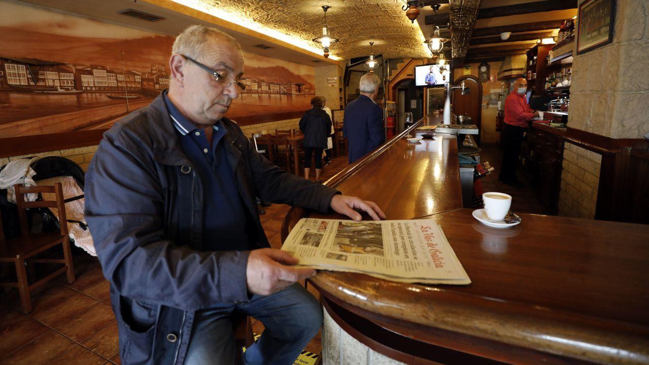 Leer La Voz tomando el café en locales hosteleros es uno de los placeres que A Mariña ha recuperado tras la crisis sanitaria