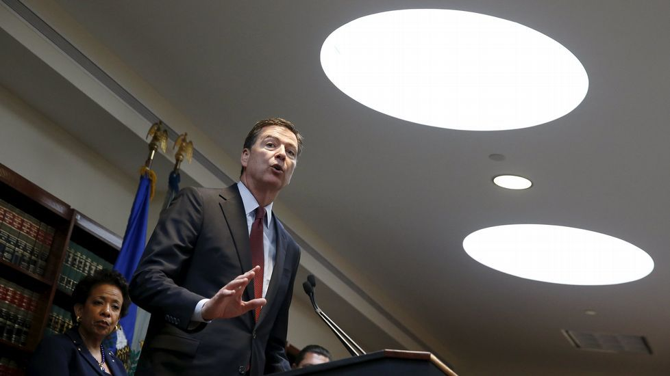 El director del FBI responde en rueda de prensa sobre la operación contra la corrupción en la FIFA.