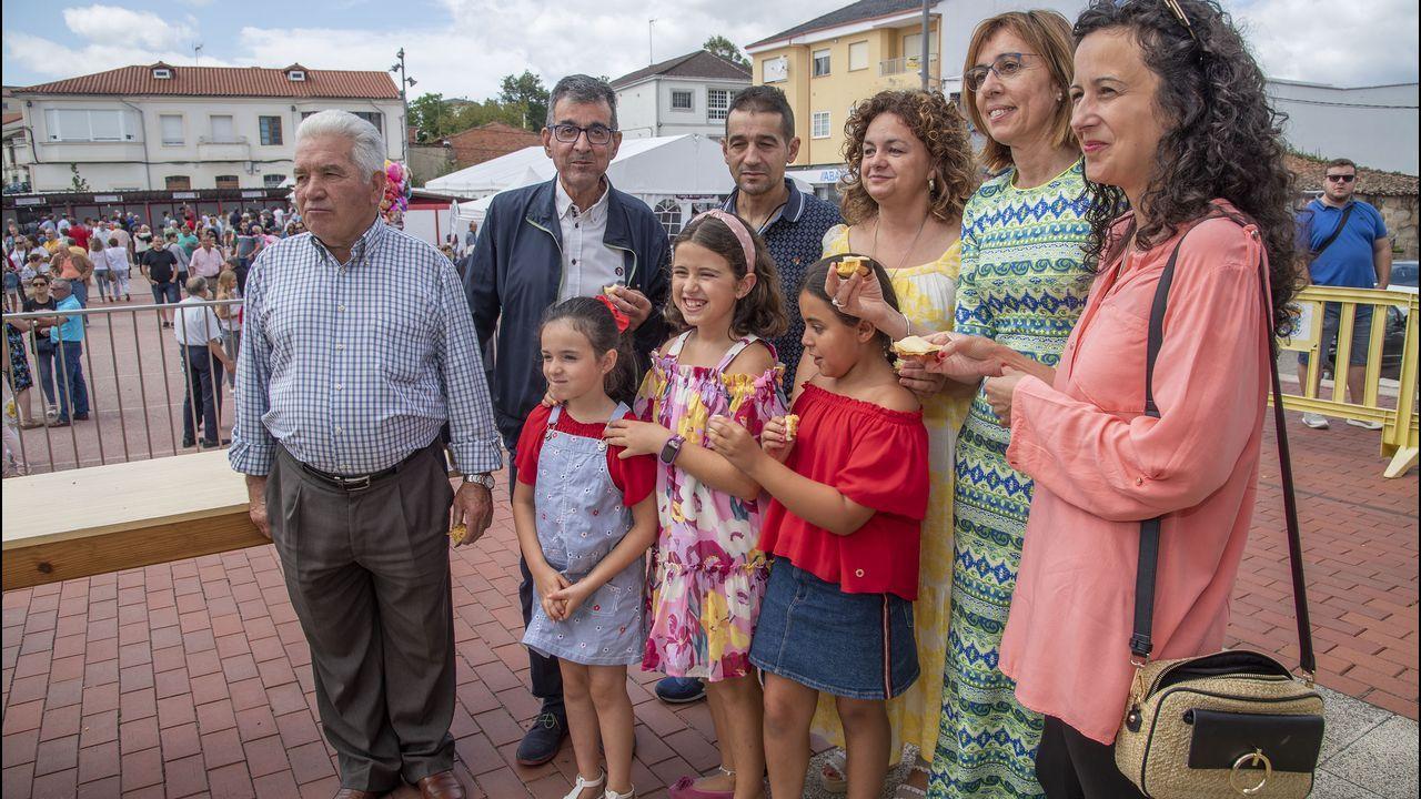 Foto de familia de las autoridades en la Feira da Rosca de Sober