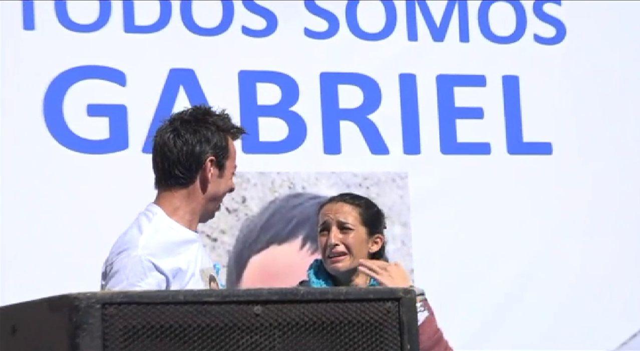 Los padres de Gabriel piden que no decaiga su búsqueda, más emocionados que nunca.Imagen de archivo de Ana Julia, con el padre de Gabriel, en un acto de apoyo a la familia