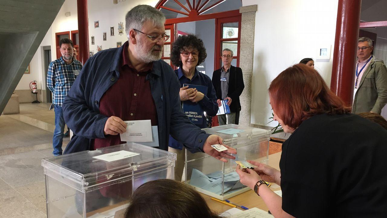 Bernardo Lorenzo Cuétara, aspirante a la alcaldía por Marea de Ferrol, ejerció su derecho al voto en el Centro Torrente Ballester