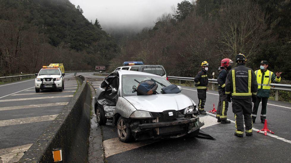El coche en el que iba la víctima chocó contra la mediana de la carretera después de pasar el viaducto de A Ruxidoira