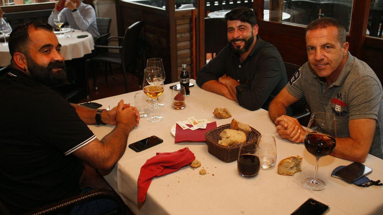 Soria, a la derecha, compartiendo este miércoles una comida en O Lugar do Sixto, en Cordido, Foz