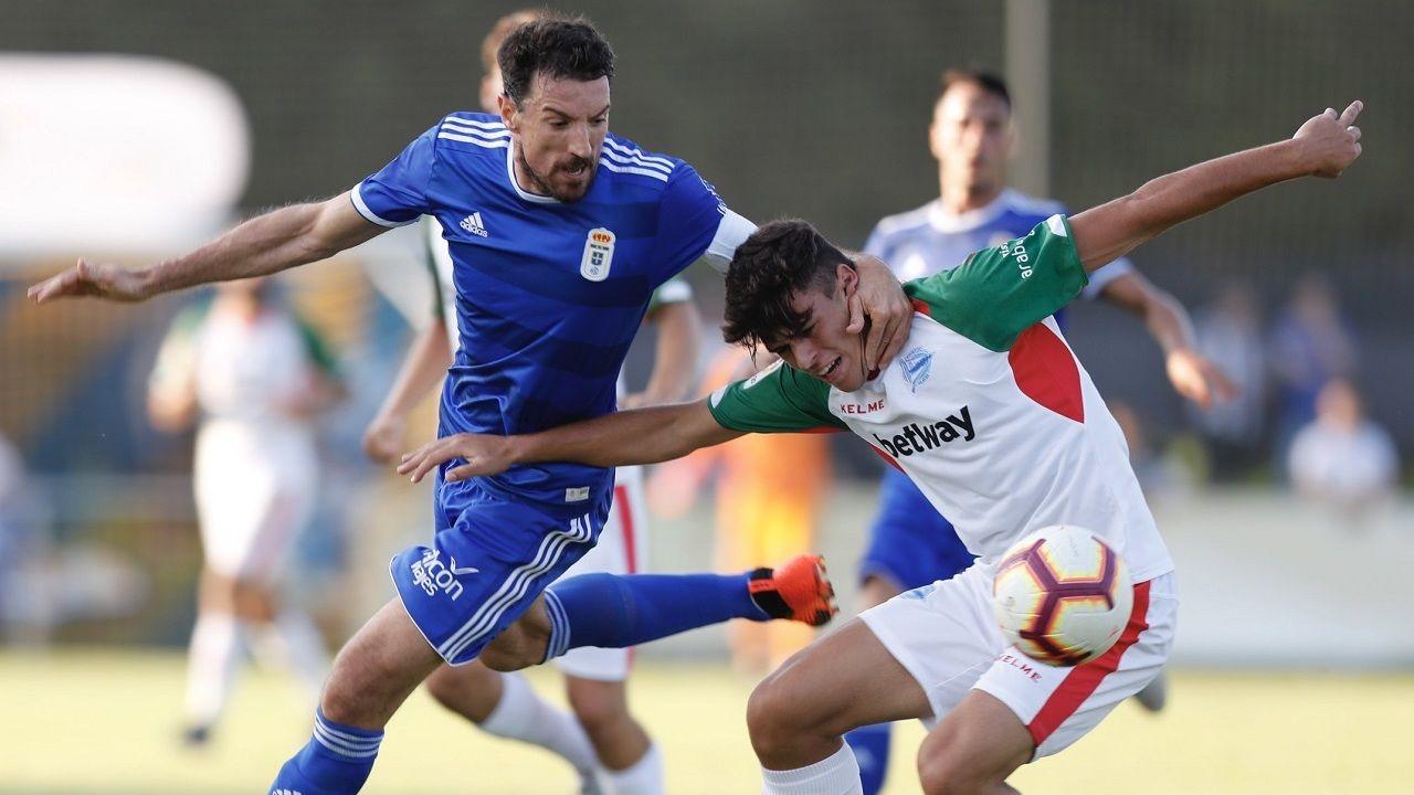 Toché lucha por un balón durante el triangular disputado en El Berrón