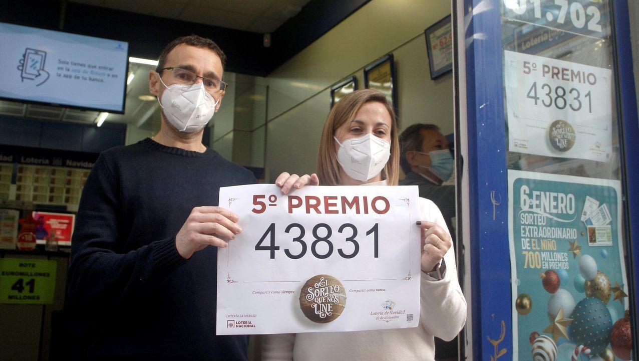 Diego Rodriguez y Lorena Fernández, titulares de la Administración de Loterías de la calle la Merced 29 de Gijón, celebran entregar un quinto premio