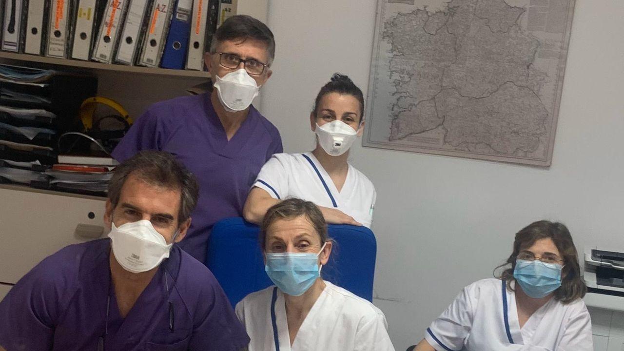 Detrás, el doctor Fernando Lamelo, coordinador del equipo COVID-residencias del Chuac, con Victoria Barreira Vivián, directora residencia Domus VI Matogrande. Delante, los doctores Carlos Lariño, Mar Terceiro y Marga Tovar.