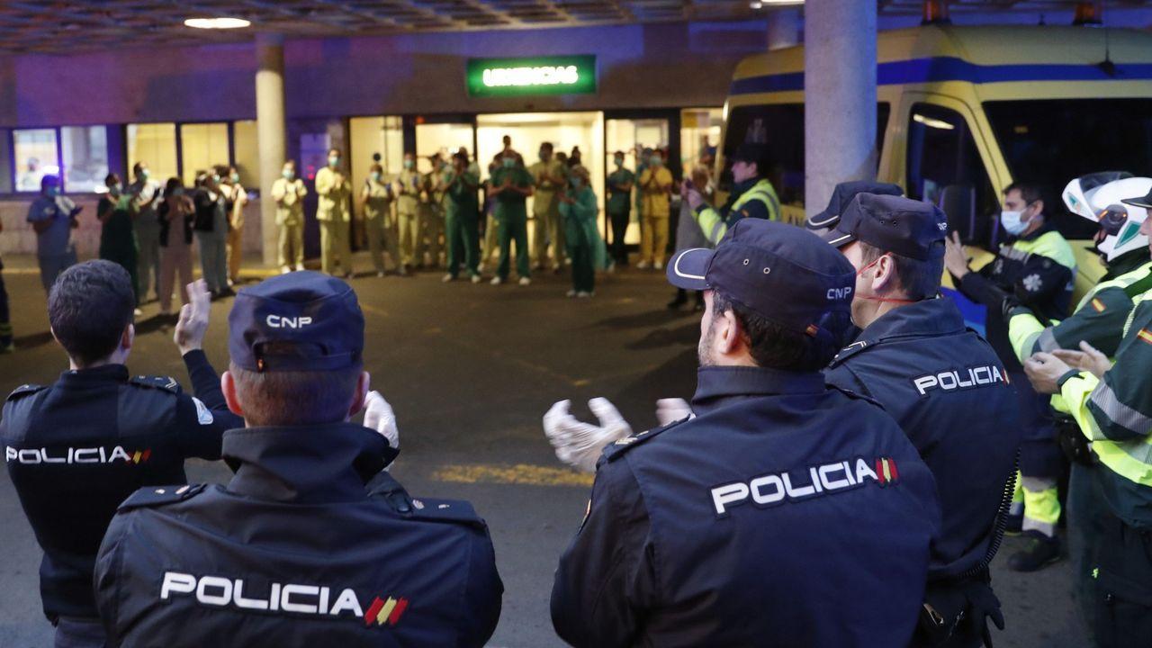 Policías nacionales y guardias civiles aplauden al personal de urgencias del Hospital Clínico de Santiago