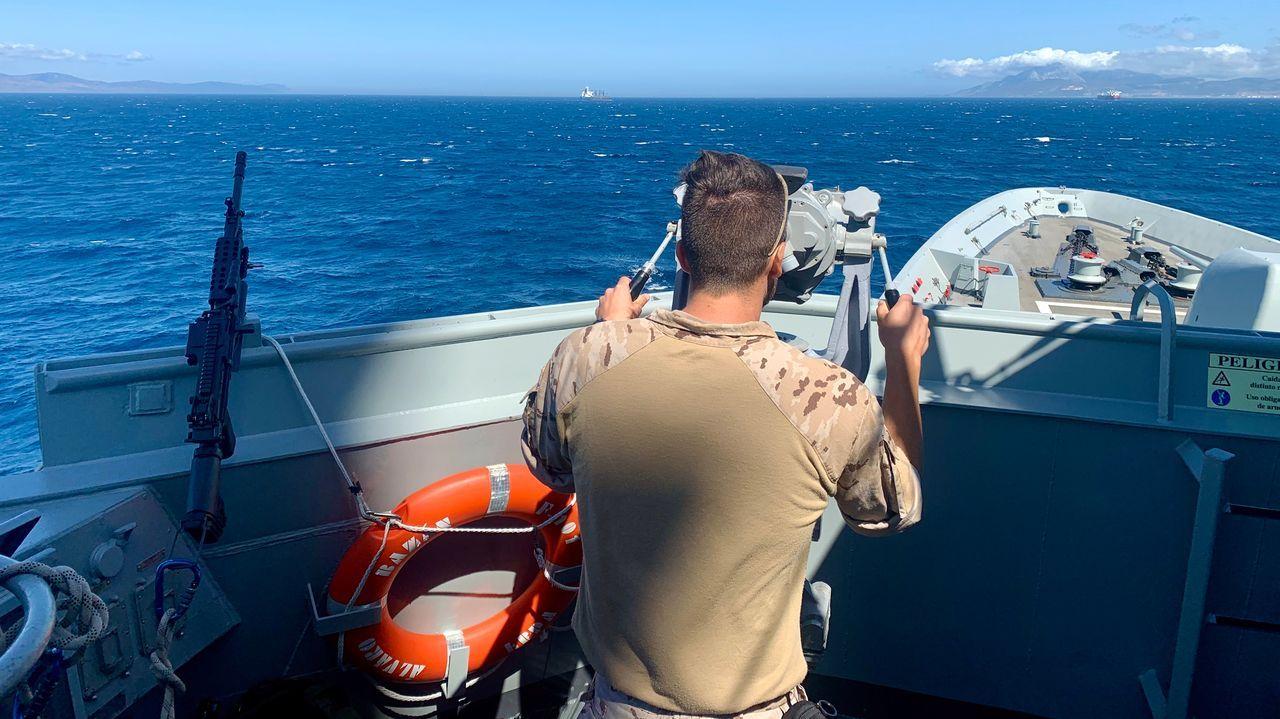 Un militar realiza labores de seguridad marítima desde la fragata en la costa de Gibraltar