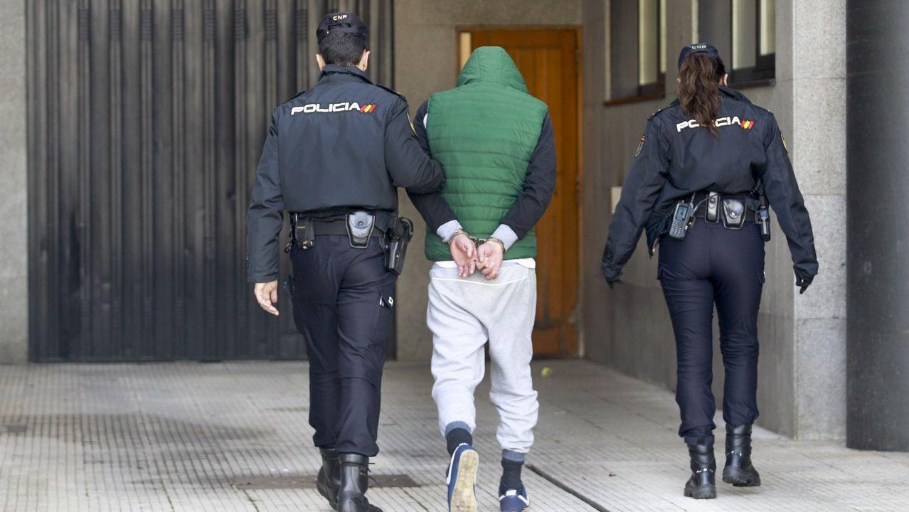 La Policía da por desarticulada una banda que introducía heroína en Galicia y Portugal.Iván G. Fernández y Pablo Canal, en la exposición de fotos «Mazcaraes»