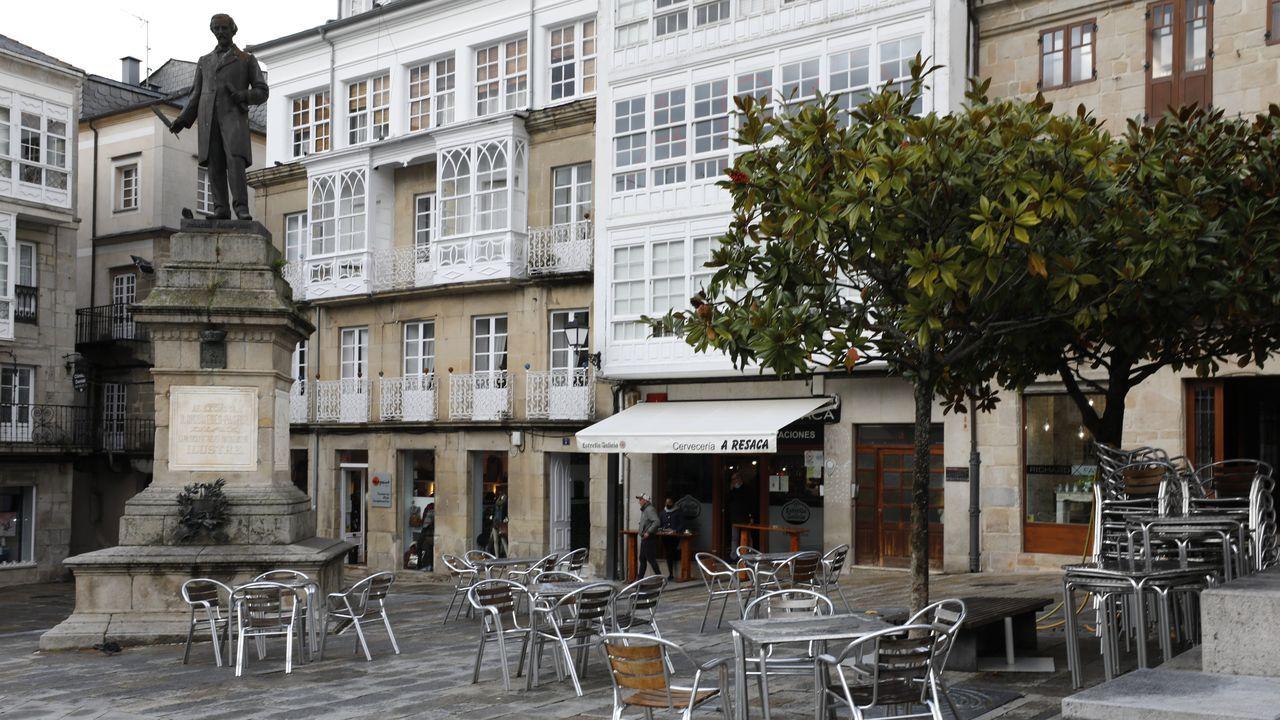 Una terraza hostelera en la Praza Maior de Viveiro, este miércoles, con tan poca clientela como lo habitual en los últimos días