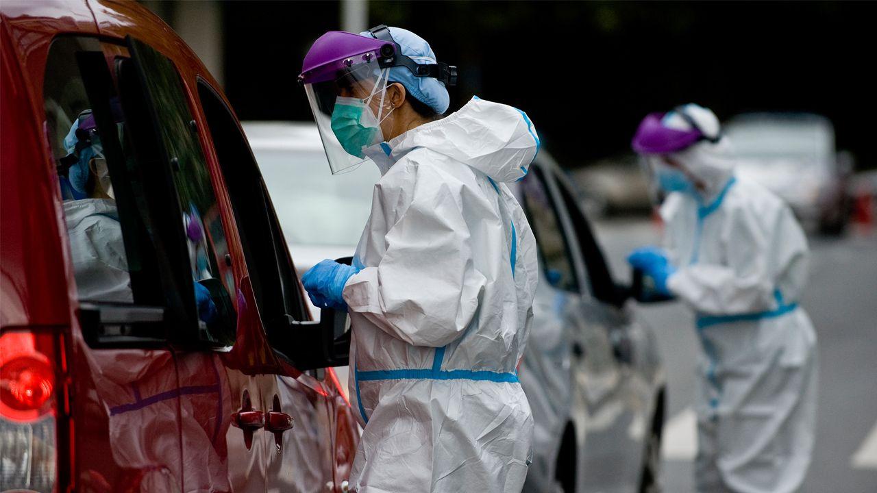 Así quedaron los turismos del accidente en A Chabasqueira.Pruebas de PCR en el área sanitaria de A Coruña