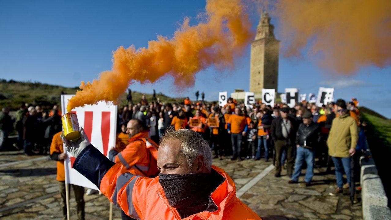 Los trabajadores de Alcoa alzan la voz en la Torre de Hércules.La I Feria de Antigüedades en el Palexco