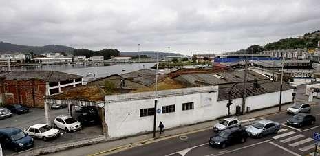 El ente público destina 7.000 euros a la redacción del proyecto para demoler cinco naves y asfaltar la zona de aparcamiento.