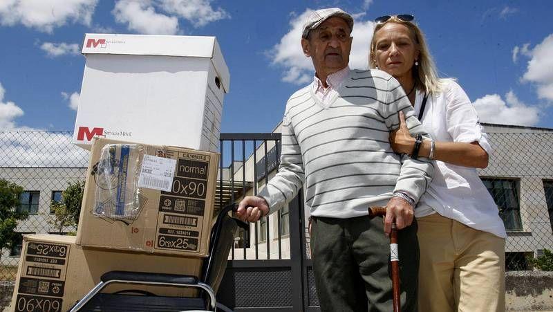 Desalojo de un anciano de una residencia.Antonio Lopes Gonçalves con su hijastra, María Alves.