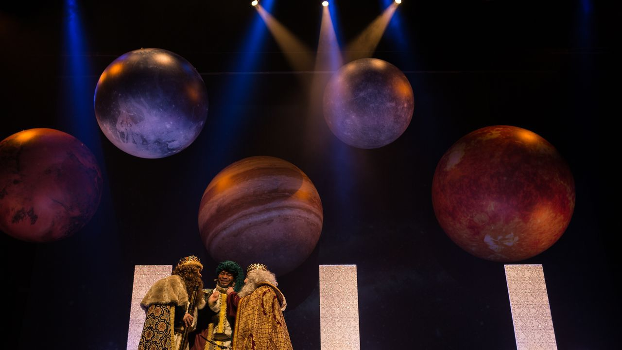 La magia de los Reyes de Oriente llega a Ourense.Los Magos recibieron a los niños en el campo de la feria