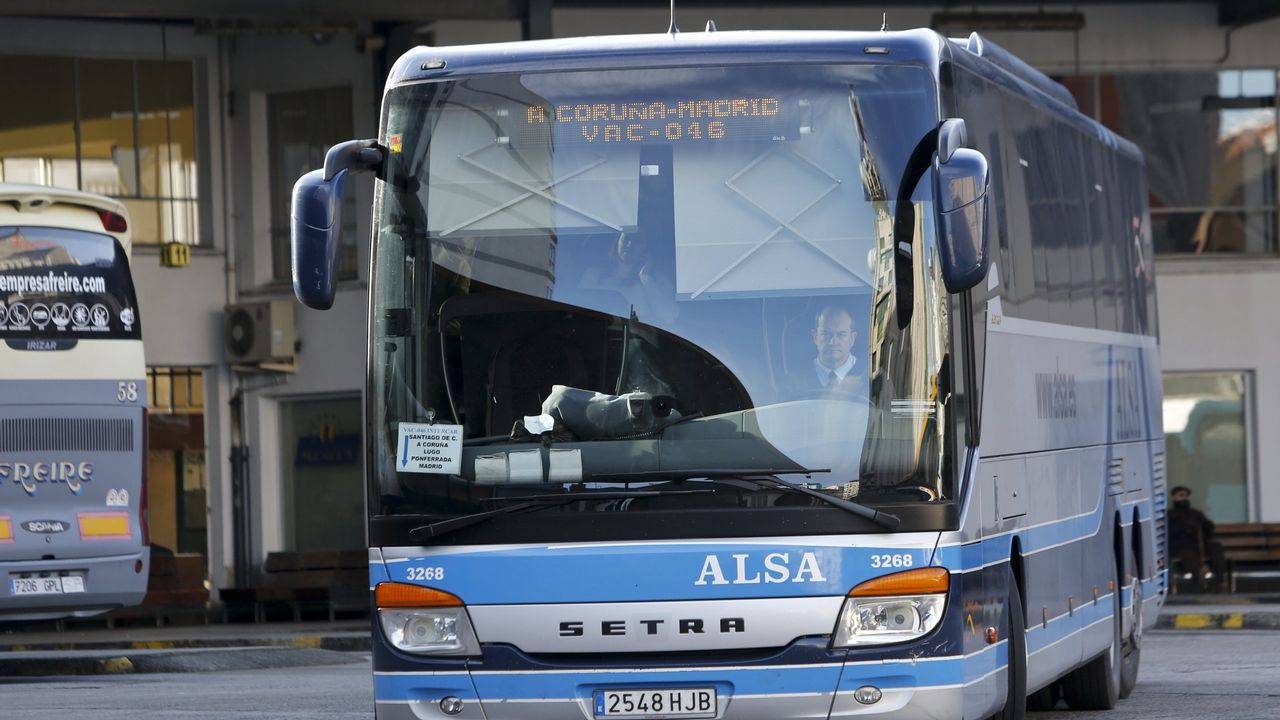 «Tener tres aeropuertos compitiendo entre sí y Oporto al lado no ayuda».Un grupo de pasajeros consulta los vuelos en el Aeropuerto de Asturias