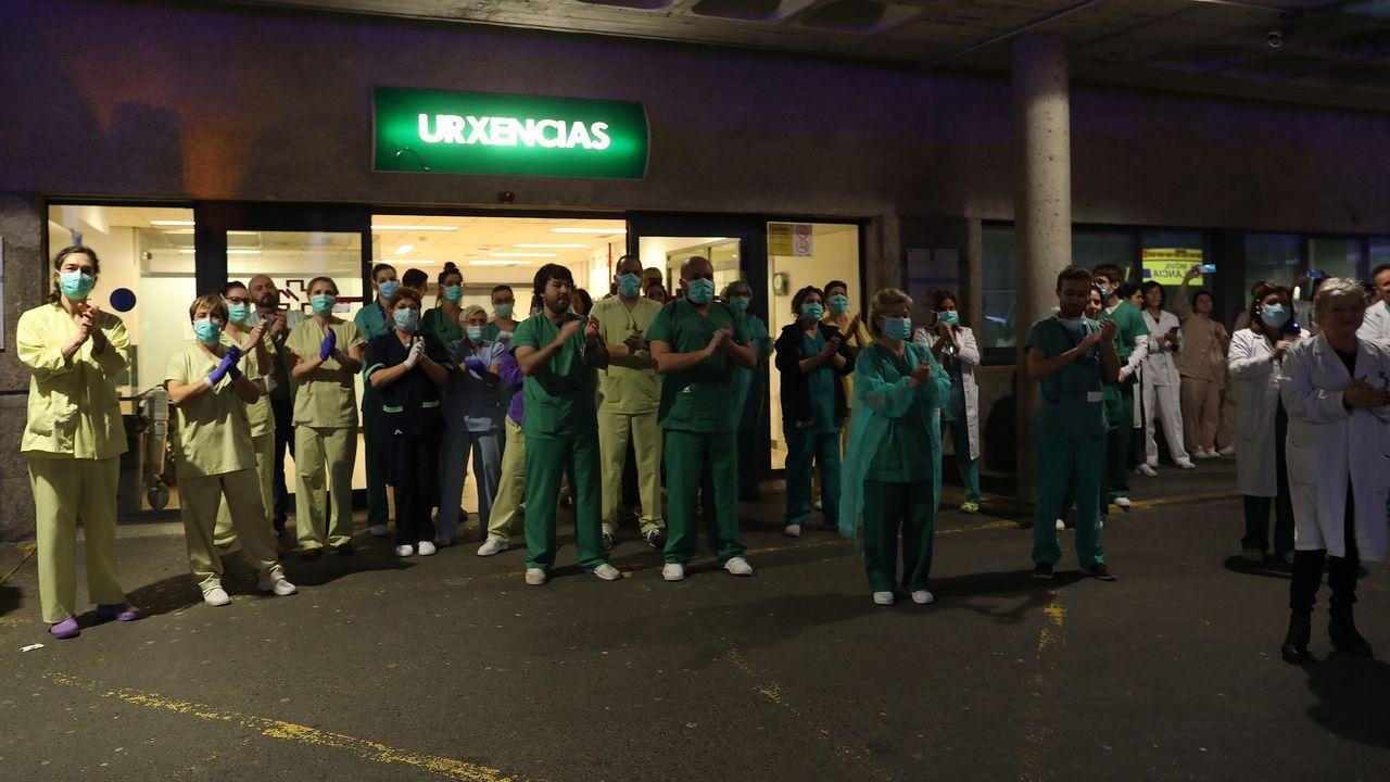 Los sanitarios del hospital clínico santigués, anoche agradeciendo el respaldo de la ciudadanía a su sacrificada labor