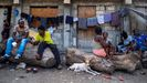Imagen de archivo de una familia desplazada a un refugio por la creciente violencia de las pandillas en Haití