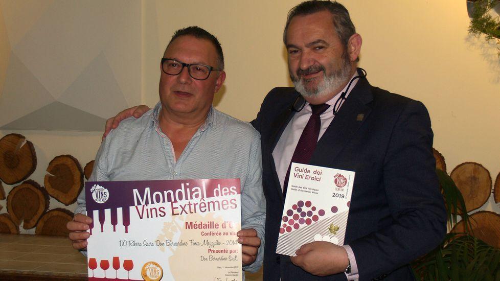 El delegado de la Xunta, José Manuel Balseiro (derecha), entrega el premio al representante de Don Bernardino