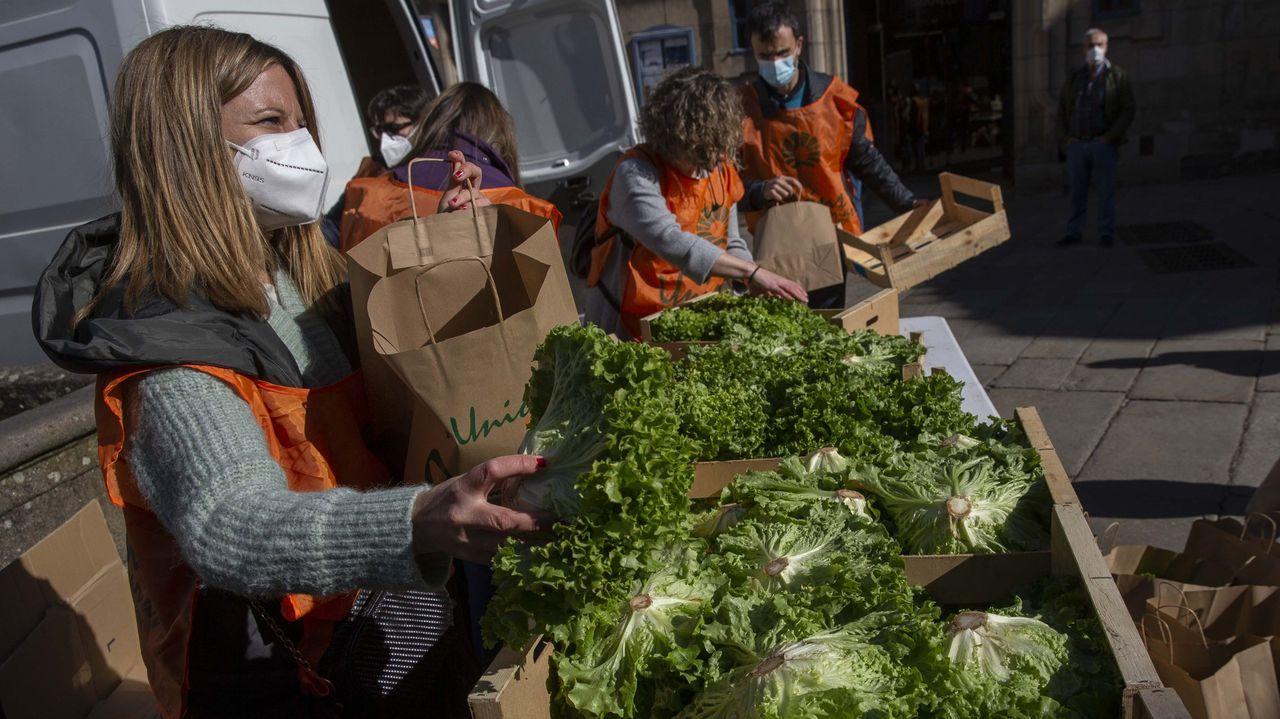 Miembros de Unións Agrarias reparten lechugas gratis para protestar por su bajo precio