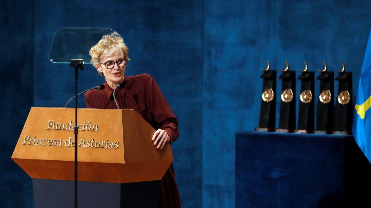 La estadounidense Siri Hustvedt, premio Princesa de Asturias 2019 de las Letras, pronuncia un discurso durante la ceremonia de entrega de los Premios Princesa de Asturias 2019 que se celebra este viernes en el Teatro Campoamor de Oviedo