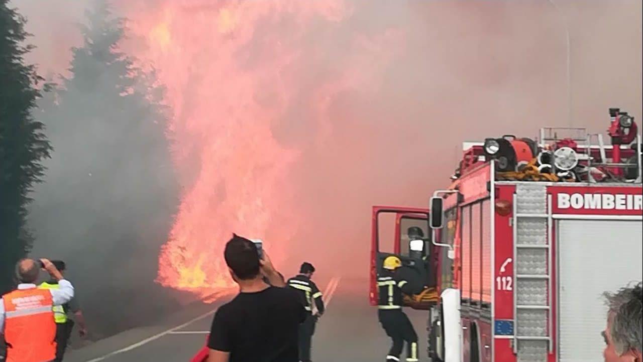 Las llamas avanzan desde Pazos de Borbén a Redondela