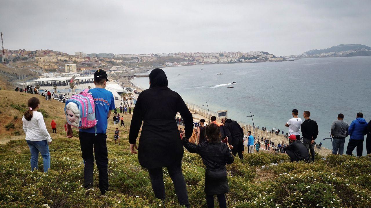 Cientos de personas se dirigen hacia la frontera con Ceuta desde Fnideq, la antigua Castillejos