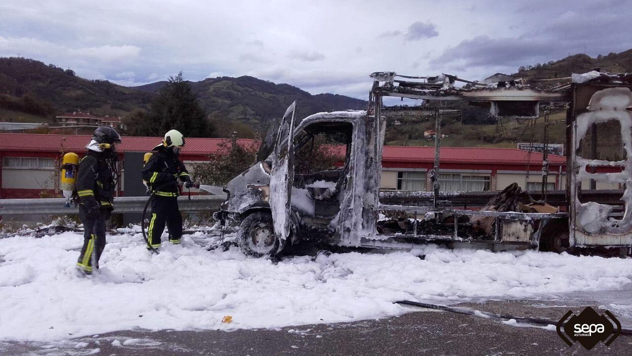 Un Guardia Civil resulta herido al ser arrollado por un vehículo en un control de tráfico en Pola de Lena.Imagen del «food truck» incendiado en Lena