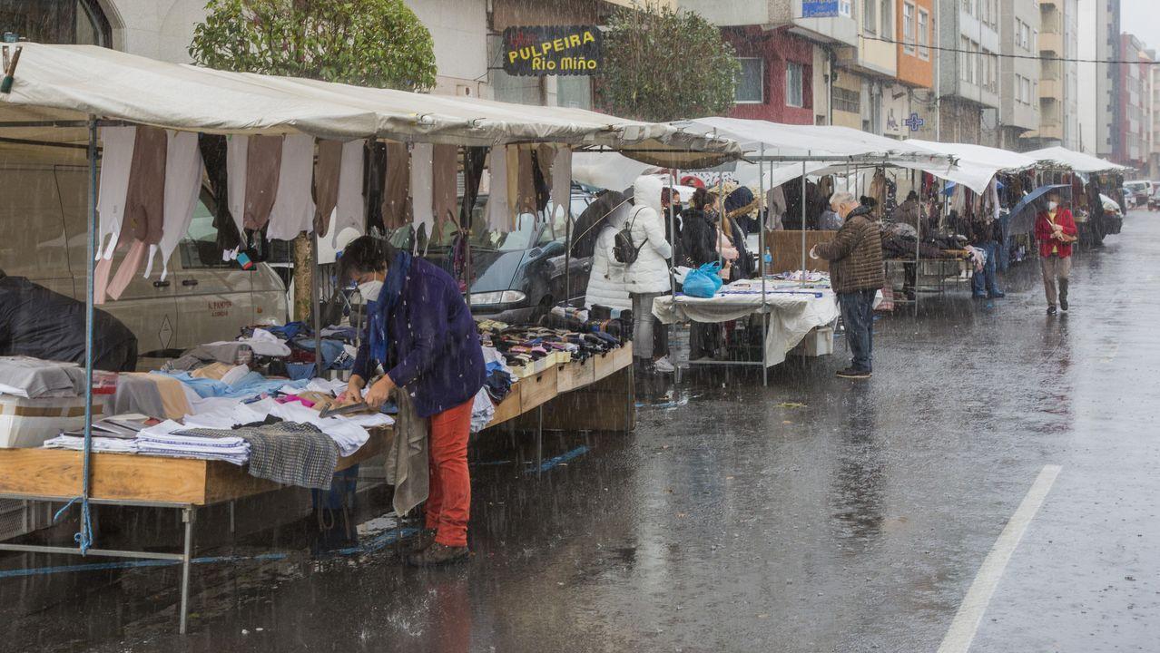 La feria de Carballo de este domingo se celebró con puestos reducidos y en mitad del temporal de lluvia