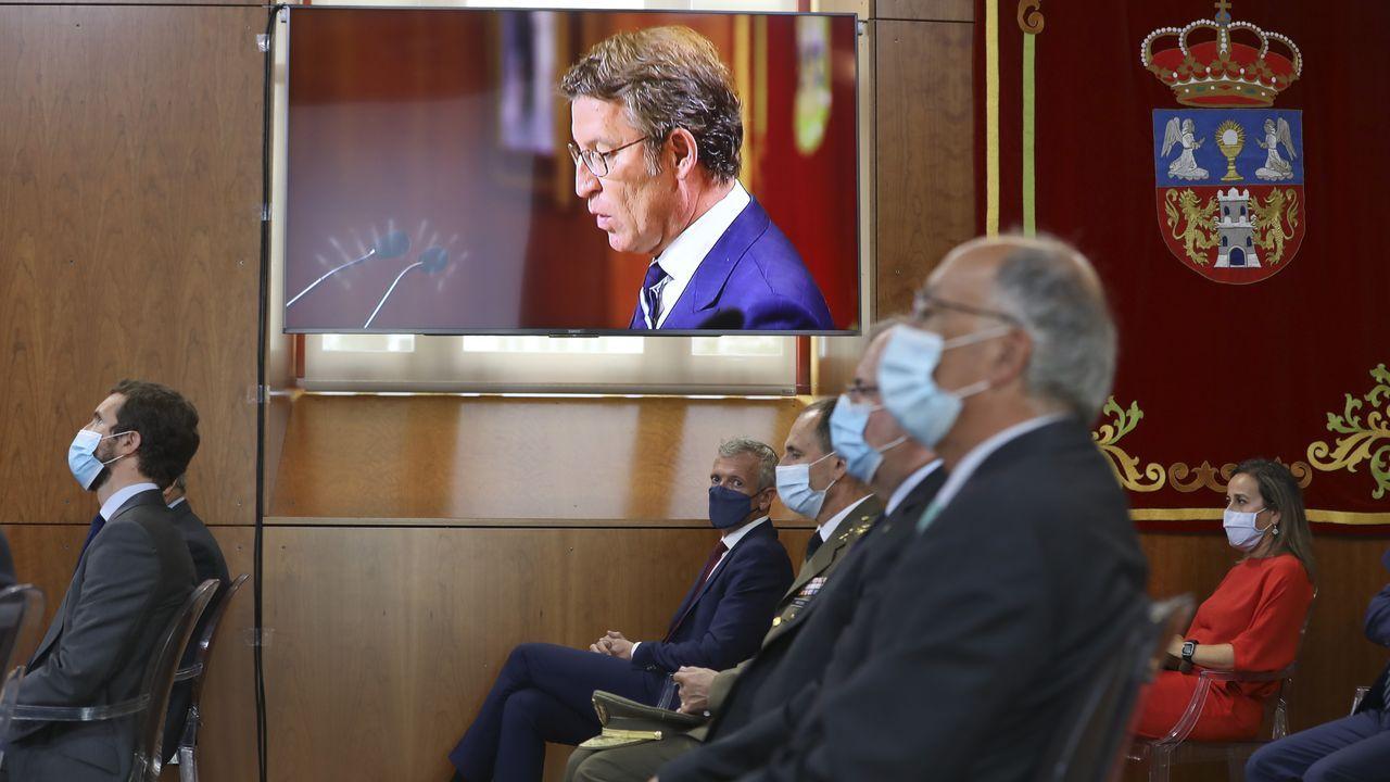En primer plano el expresidente de la Xunta, Fernando González Laxe, con Núñez Feijoo de fondo en la pantalla