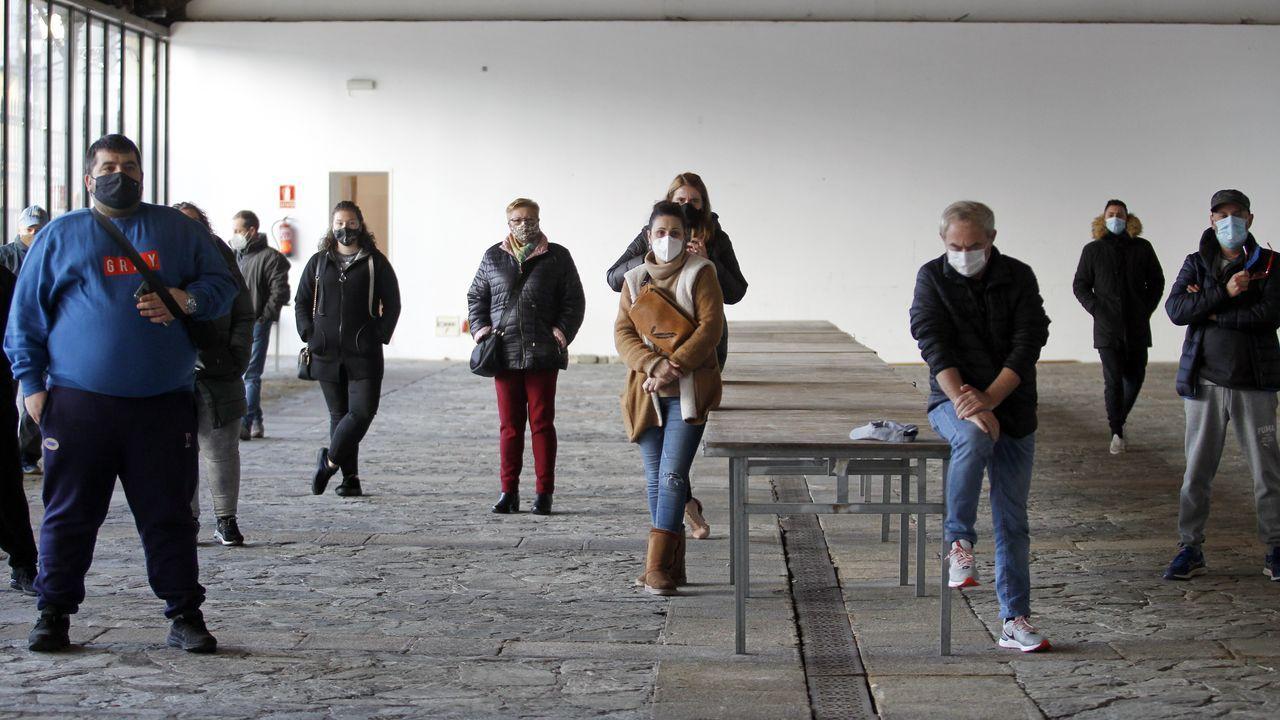 Papá Noel callejero en el centro de Pontevedra, la ciudad con las restricciones más severas