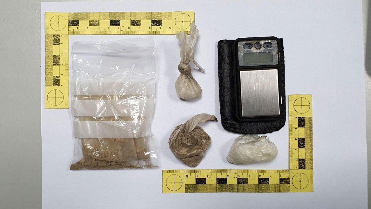Las sustancias incautadas por la Guardia Civil y una báscula de precisión