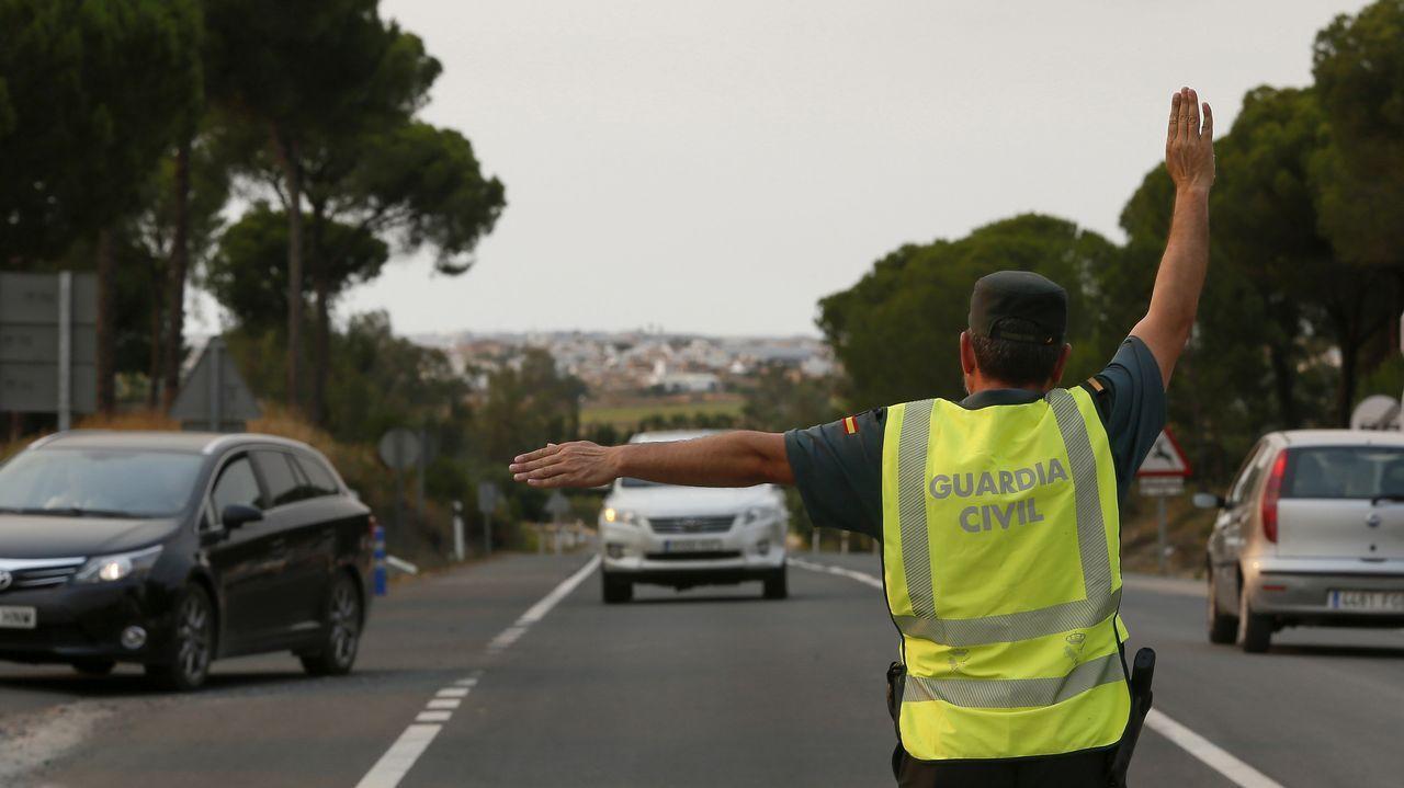 La Guardia Civil desvía el tráfico debido a los cortes en las carreteras afectadas por el incendio