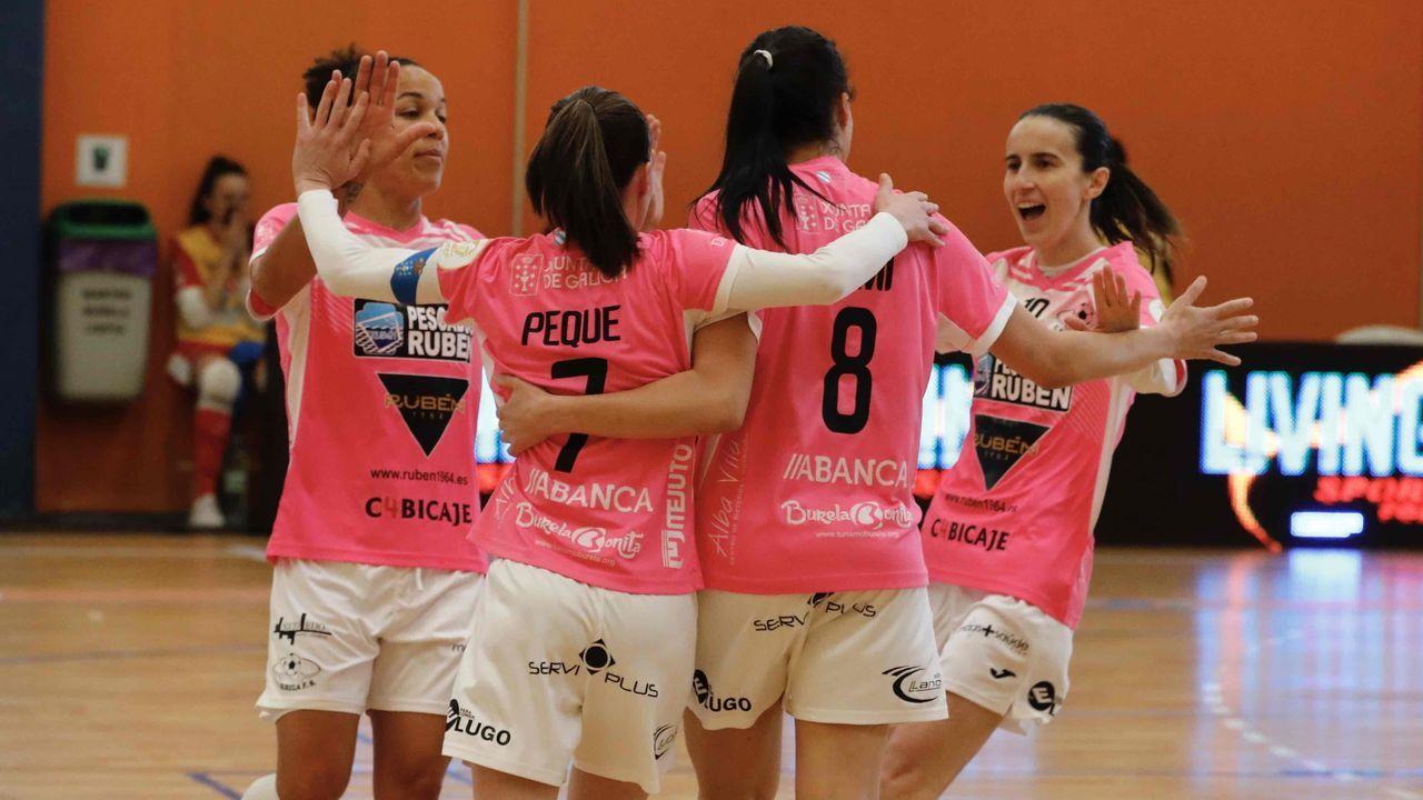 Las imágenes del Ourense - Burela, el derbi de fútbol sala femenino.El Envialia jugó con su equipación feminista, de color morado y con los  nombres de las madres de las jugadoras en el dorsal