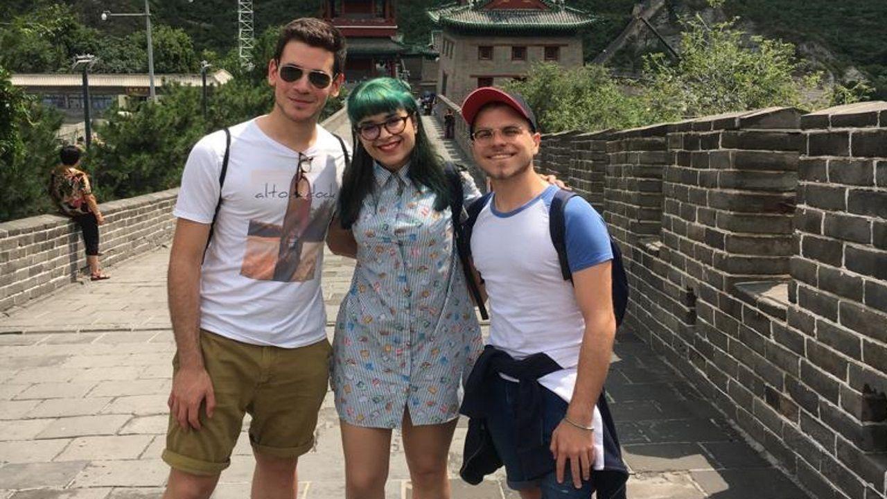Guillermo, Andrea y César posan sonrientes en la muralla china