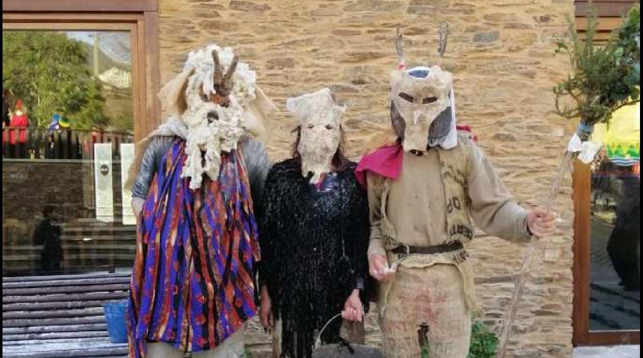 Xoves de Comadres en la comarca de Lemos.Os disfraces dos personaxes típicos do entroido do Courel foron recuperados grazas ás indicacións dos veciños de maior idade