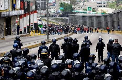 Disturbios en el acceso al aeropuerto de la capital, que varios estudiantes intentaron bloquear.