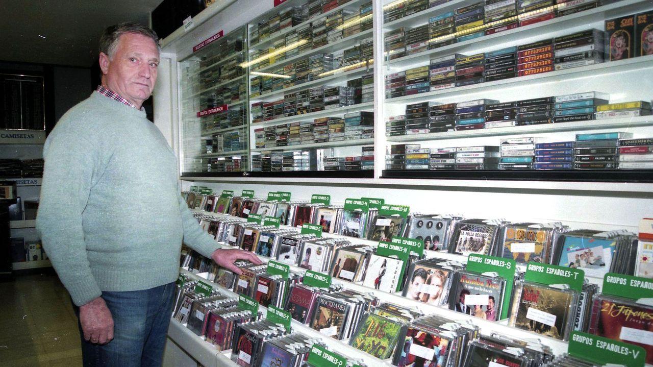 Tomás Garrido, en la tienda de Vázquez Lescaille en Vilagarcía desde la que ilustró musicalmente a generaciones de arousanos