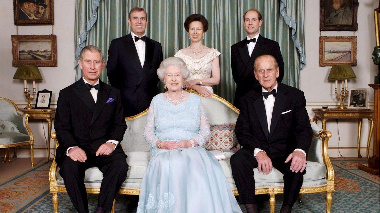La Reina Isabel II y el duque de Edimburgo junto al príncipe Carlos, el príncipe Andrés, la princesa Ana y el príncipe Eduardo en Clarence House, durante una cena ofrecida por el príncipe de Gales y la duquesa de Cornualles en el 2008