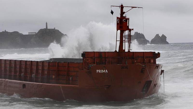La embarcación, a merced de las olas gallegas.La gabarra está cada vez más cerca de tierra, pero el temporal ha remitido y la embarcación no supone un riesgo.